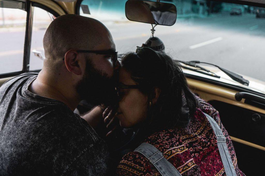 在車上的情侶